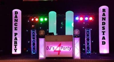 DJ show met namen op verlichte zuilen