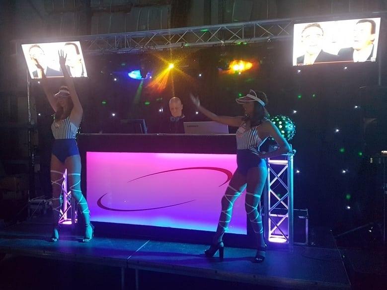 dj optreden met go go danseressen