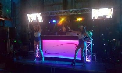 drive in show met videoclips en danseressen