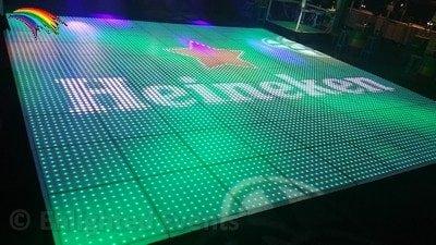 Logo op een verlichte dansvloer