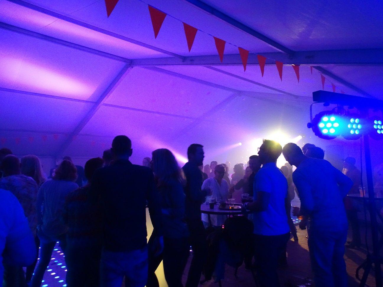 dansende mensen op een feest