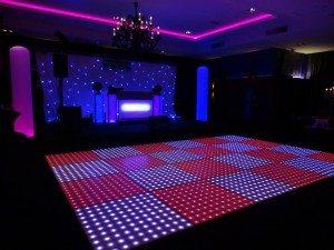 DJ drive in met verlichte dansvloer