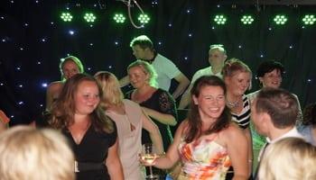 dj feest met dansende mensen