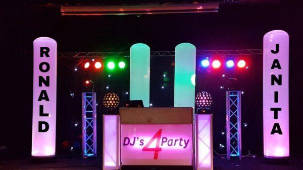 DJ show met twee verlichte zuilen