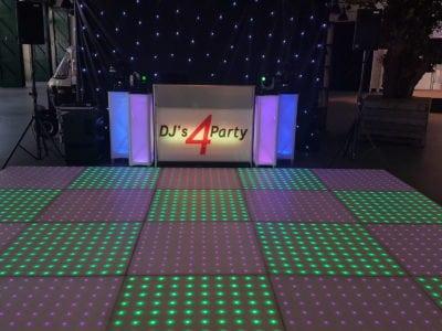 drive in show met verlichte dansvloer