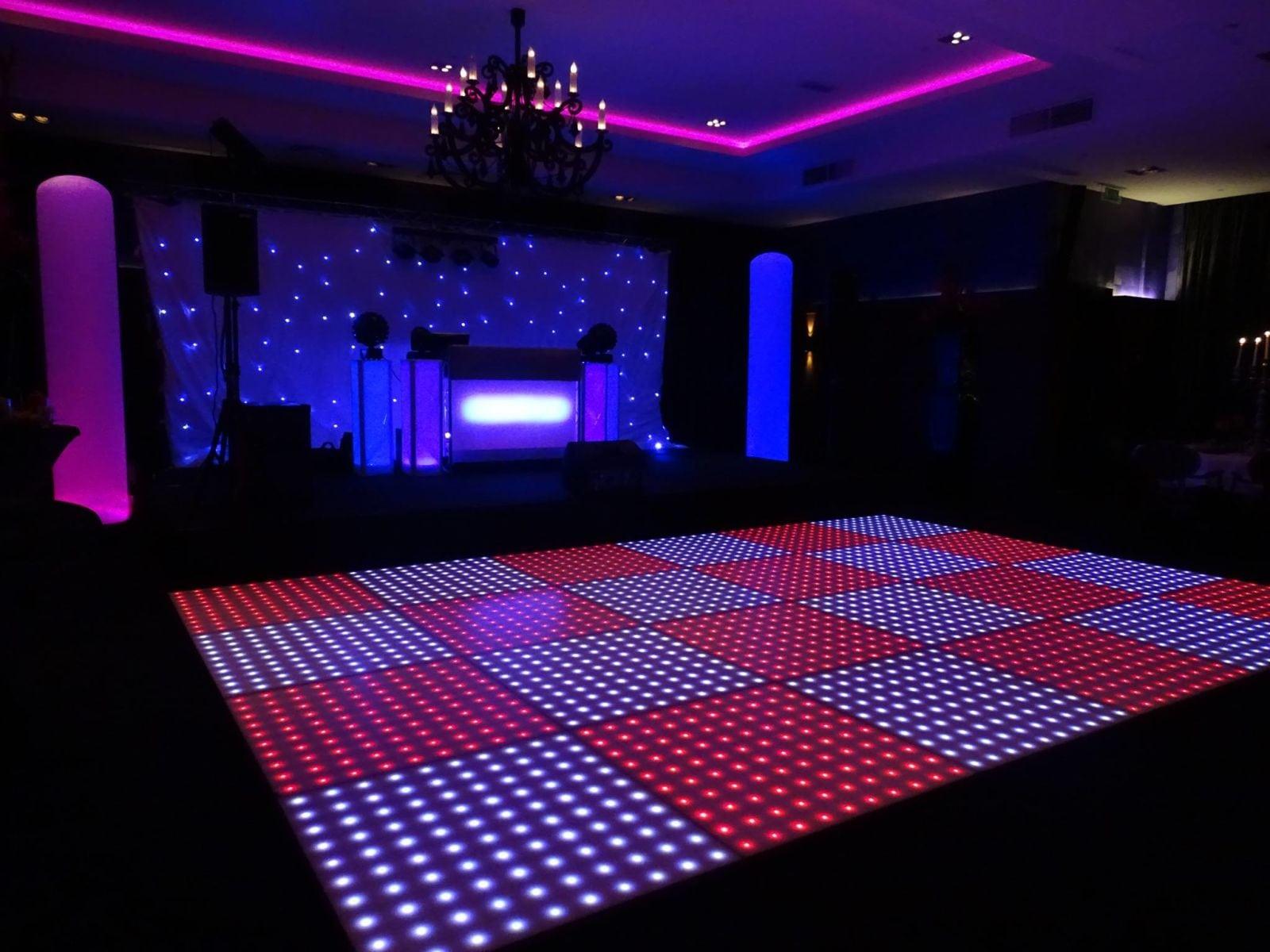 drive in disco met een verlichte dansvloer