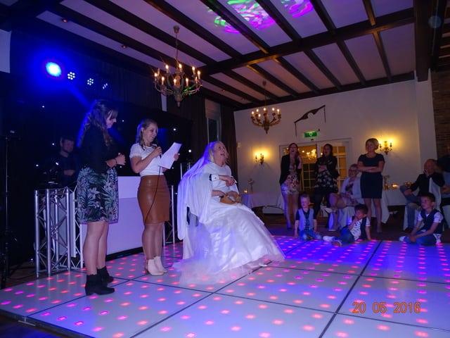 Dit is een foto van een bruid op de dansvloer