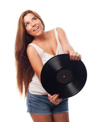 dame met een grammafoon