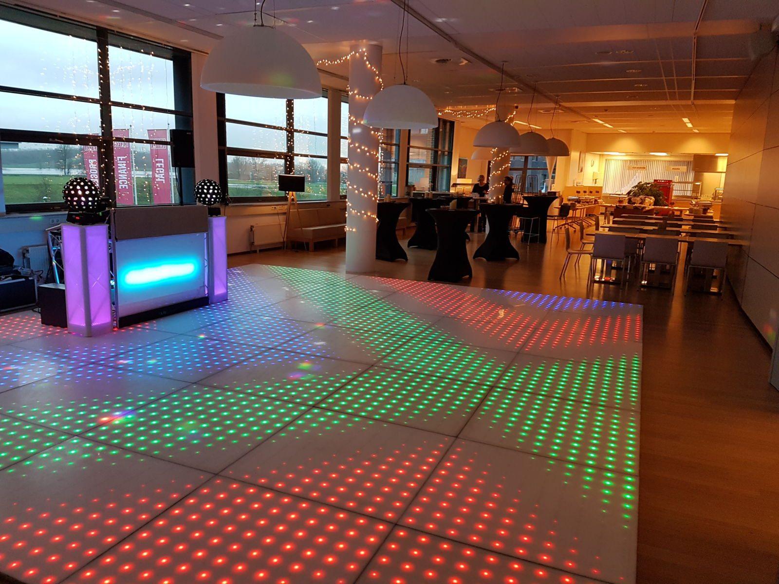 dit is een foto van een verlichte dansvloer