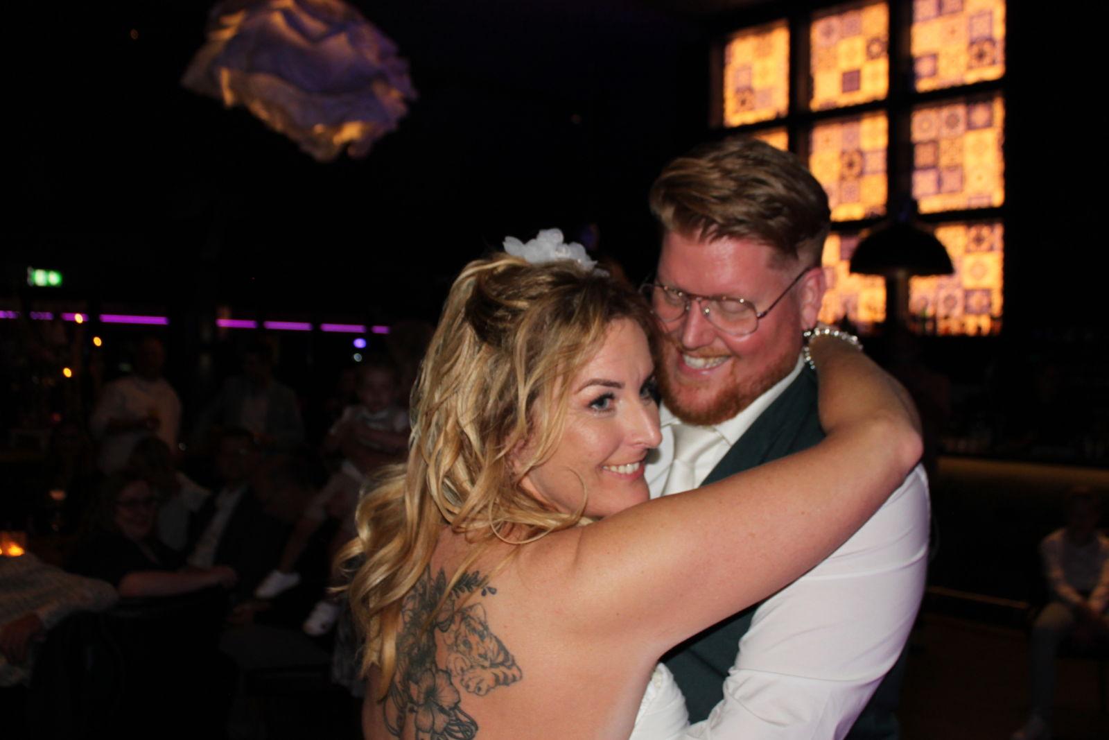 bruidspaar tijdens huwelijksfeest